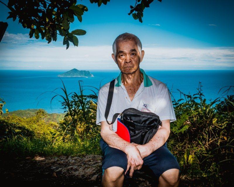退休多年的鄭光治已70歲,還罹患帕金林氏症,帶著孫子依然可以走完坪溪古道。 圖/...