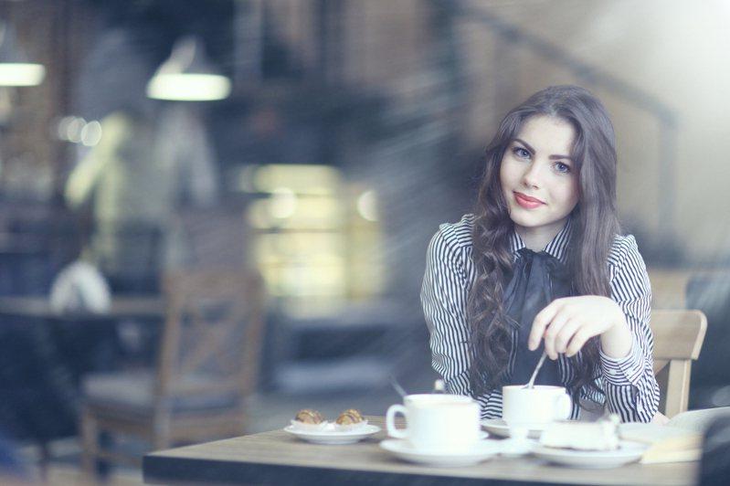 有些咖啡廳不太歡迎網美在店內進行商業攝影行為。示意圖,非文中當事人物。圖/ingimage
