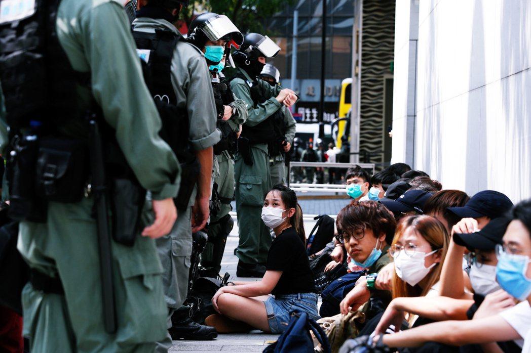 銅鑼灣一帶,被以非法集會罪名逮捕的示威群眾。直到27日下午5點為止,全日將近30...