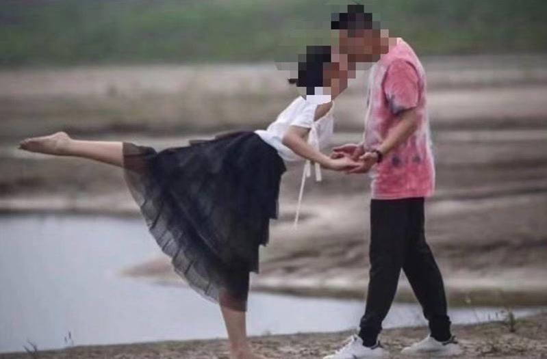 陸媒刊出民眾生活照,不料一張一男一女在沙灘上接吻的照片,卻被揭男女兩人各有家室。 圖/翻攝自微博