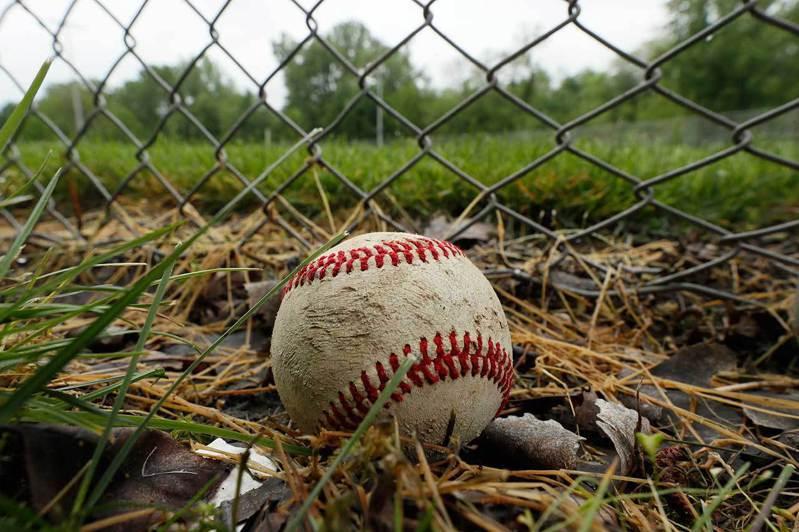 一顆棒球,靜靜地躺在愛荷華州克萊夫市的一個棒球場之外。人們雖已開始復工,但是棒球的春天還很遙遠。 美聯社