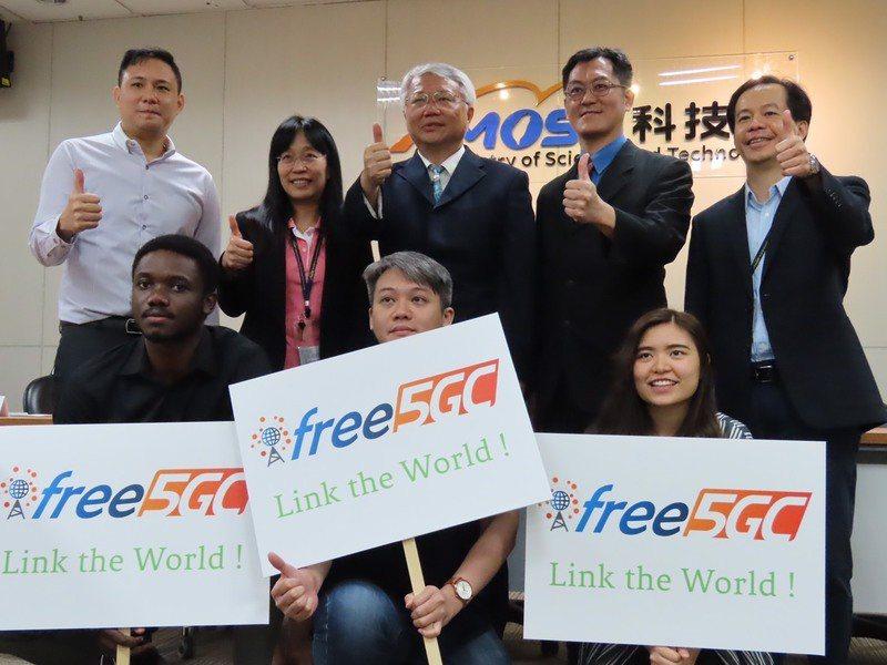 交大資工系教授陳志成(後右2)與其團隊研發出5G程式碼,並將其免費公佈於網路上,以吸引各界進入該產業。(photo by施凱文/台灣醒報)