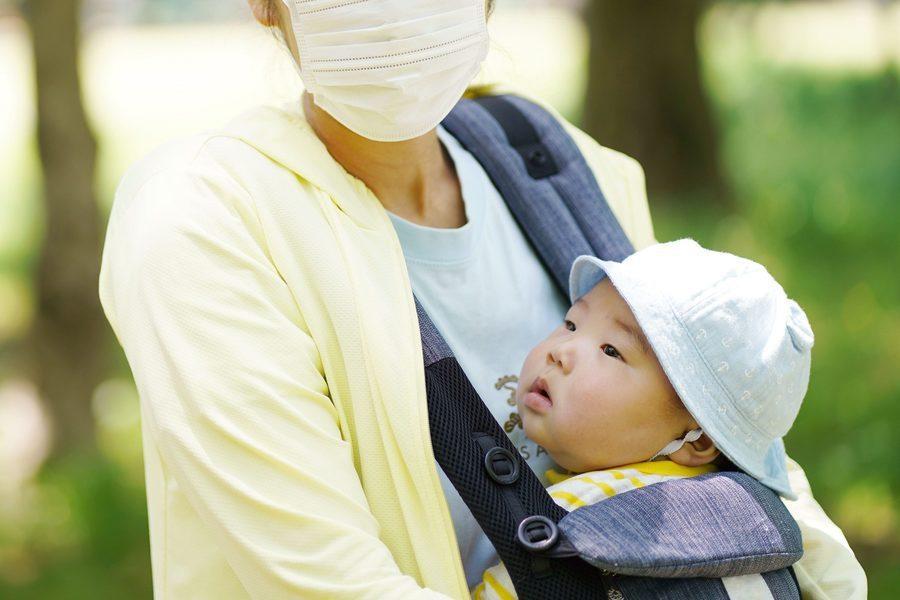 全世界紛紛戴起口罩以防疾病擴散,但嬰幼兒戴口罩卻可能導致休克風險。(Photo ...