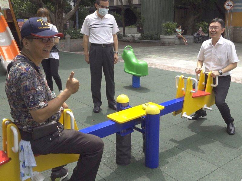蘆洲區仁愛公園兒童遊戲場鋪面煥然一新外,也增加包括盪鞦韆、蹺蹺板及搖搖馬等遊具,吸引許多家長帶著小朋友前來遊玩。 圖/全聯有線電視提供