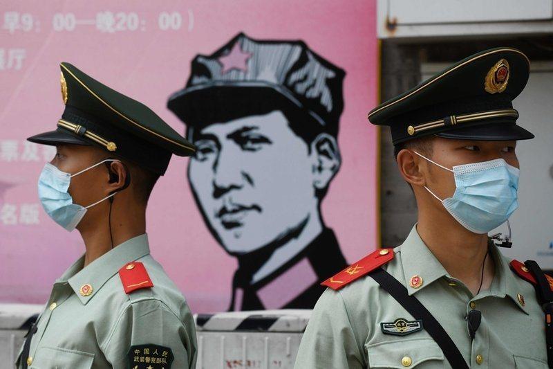 中國在第13屆全國人大的會議上審議「港版國安法」草案。圖為會議外的武裝警察部隊。...