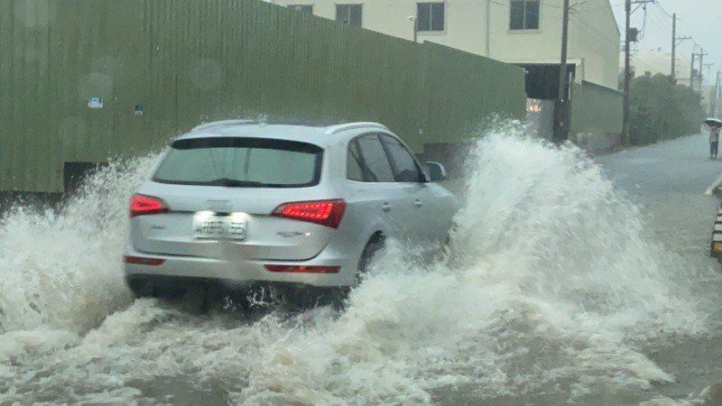 高雄市鳥松神農路近大樹瓦厝街路段,因雨水宣洩不及,今早七點多已有積水現象。圖/邱俊憲議員提供