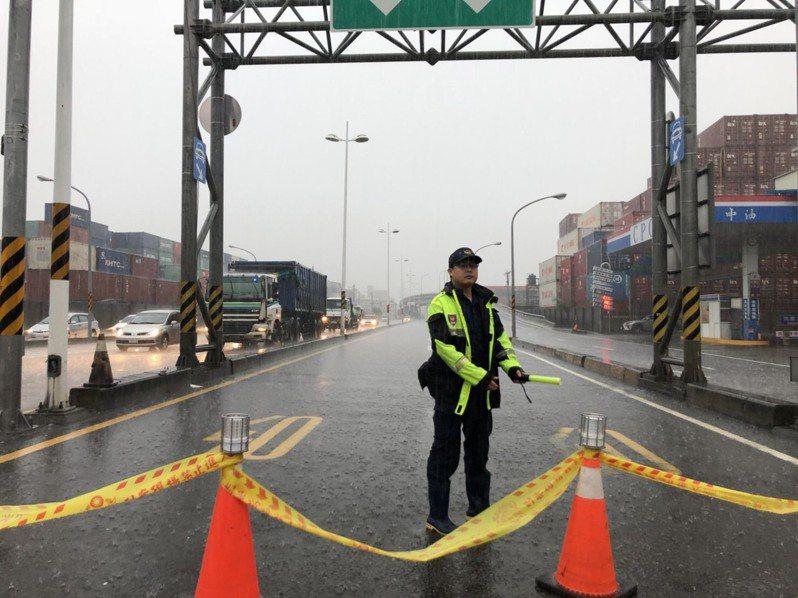 高雄三國通道匝道淹水,警方拉封鎖線警戒。記者林保光/翻攝