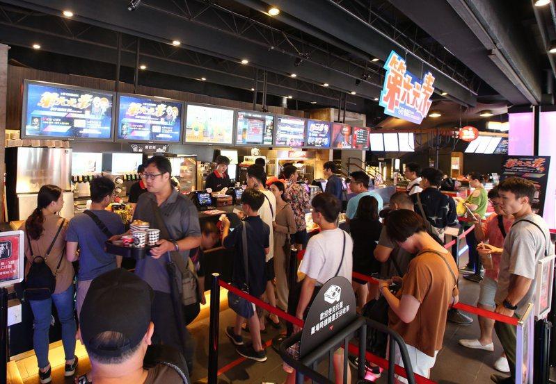 電影人以南韓為例,表示以強制映演等方式保護國片,恐收反效果,建議從改善國片體質與加強觀眾多元品味做起,才是根本之道,圖為電影院購票人潮。圖/聯合報系資料照片