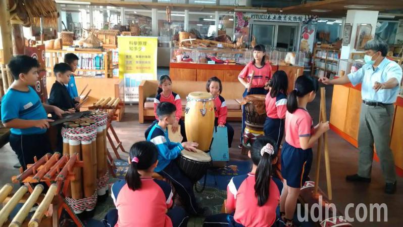 台南市德高國小設有EHOI的音樂社團,教授學生打擊樂及唱原住民歌謠。記者鄭惠仁/攝影