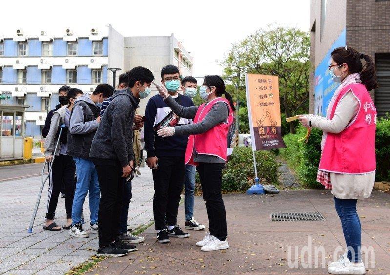 各大學防疫安排專人在校外進行額溫量測,因疫情趨穩,部分學校放寬管制。記者鄭國樑/攝影