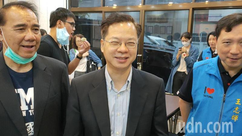 國發會主委龔明鑫(中)今天上午表示,未來振興券研擬直接發3000元給低收入戶。記者羅紹平/攝影
