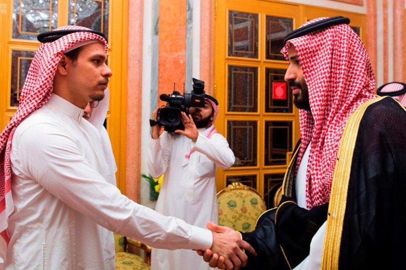 在這張檔案照中,沙國王儲沙爾曼(右)被指是華盛頓郵報前專欄作家哈紹吉2018年被殺一案的主謀,但他又接見了哈紹吉的兒子薩拉。美聯社