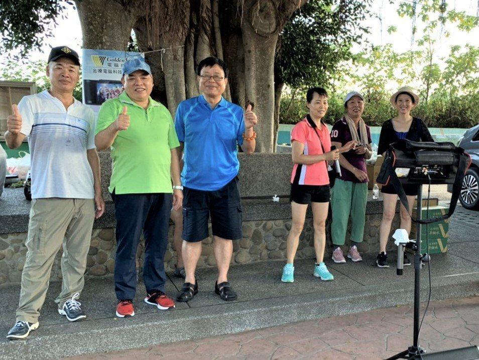 台中市民政局前局長蔡世寅(左二)研發的新型伴唱機體積小、便於攜帶,隨處都可唱,在...