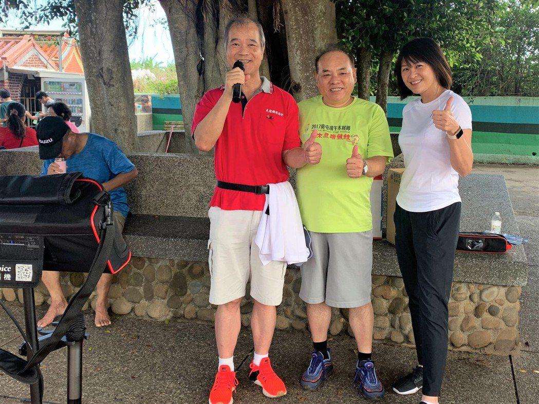 台中市民政局前局長蔡世寅(右二)研發的新型伴唱機體積小、便於攜帶,在言一波宅經濟...