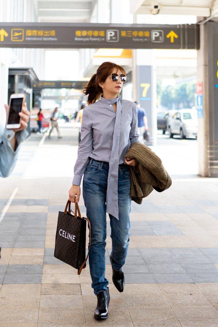 Ella以CELINE牛仔褲穿出好比例。圖/CELINE BY HEDI SLI...