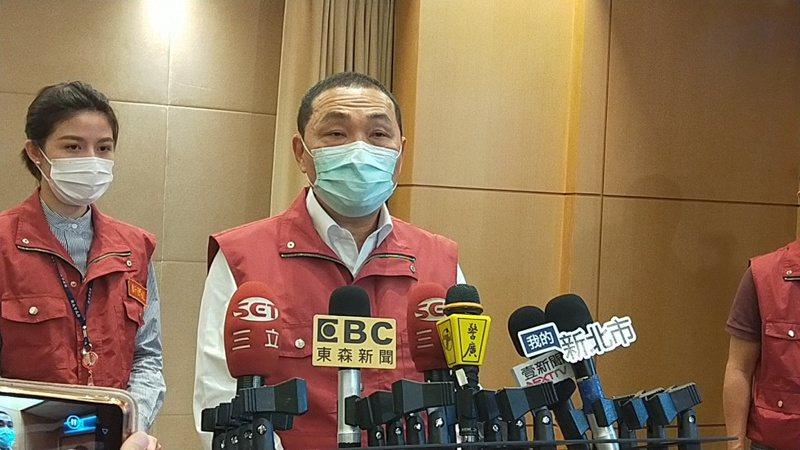 新北市長侯友宜宣布解封室內外人數限制及卡拉OK活動,但認為邊境管制依然要慎重,以免國際疫情再度入侵台灣。 記者施鴻基/攝影