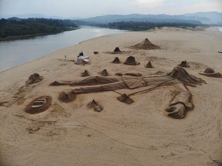 今年福隆沙雕藝術季的亮點之一「55公尺巨人」。圖/福容大飯店提供