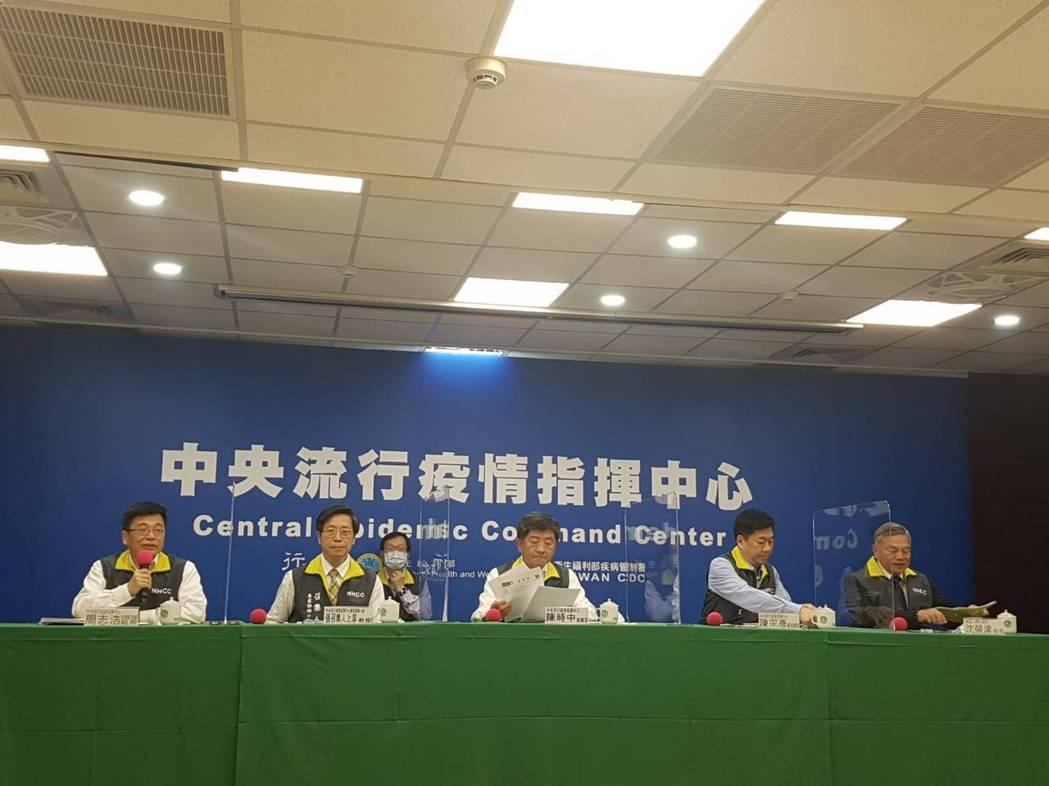 由左至右為中央流行疫情指揮中心疫情監測組組長周志浩、專家諮詢小組召集人張上淳、指...