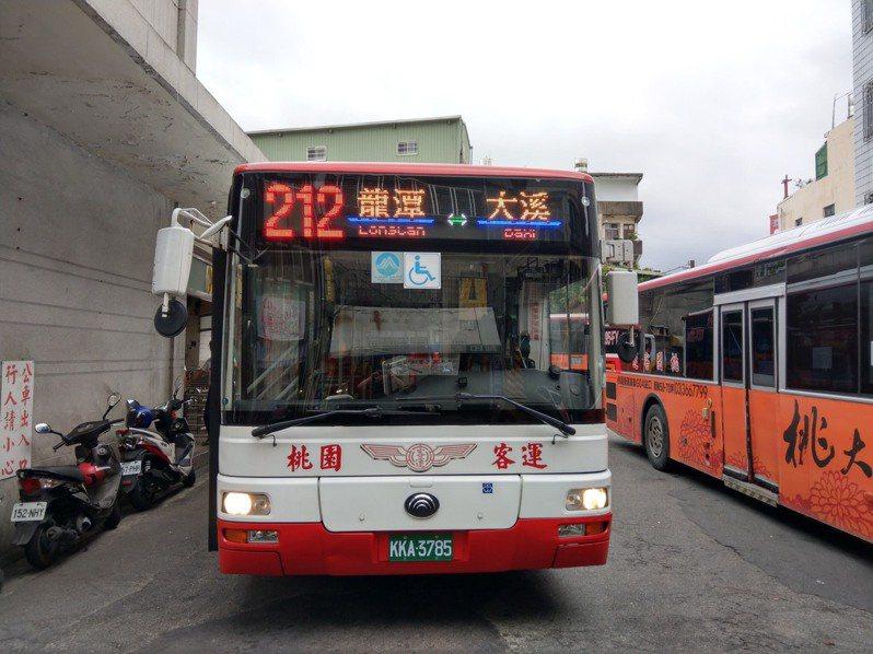 212公車試營運的時候一度因成效未達預期而取消,現在因為要取消類似路線的免費巴士,重新上路。圖/桃園市議員陳治文服務處提供