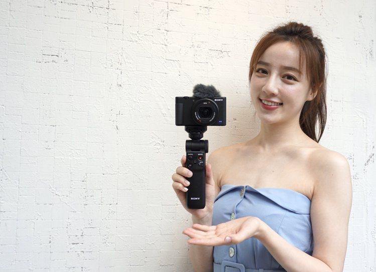 全新Sony ZV-1具備進階影像穩定功能,即便在行走中拍攝也能拍攝穩定畫面;搭...