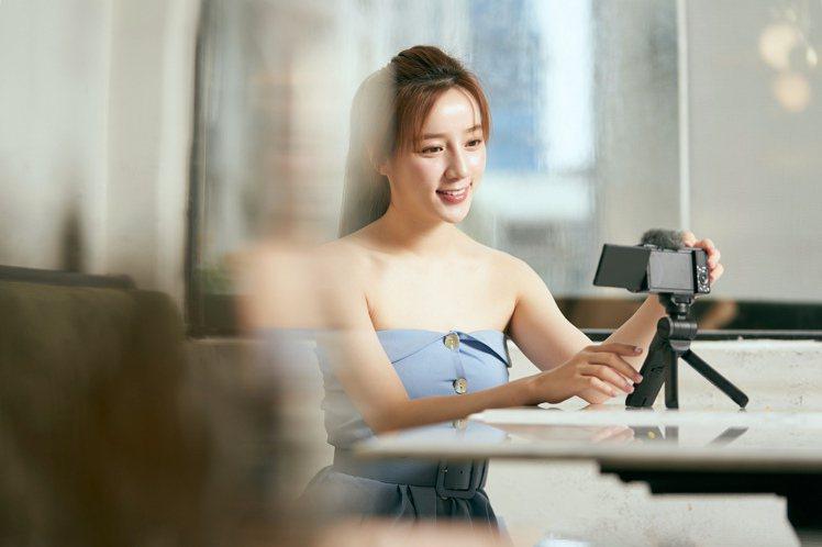 Sony ZV-1搭載臉部優先自動曝光功能,靜態影像也能加上細膩自然的柔膚效果。...