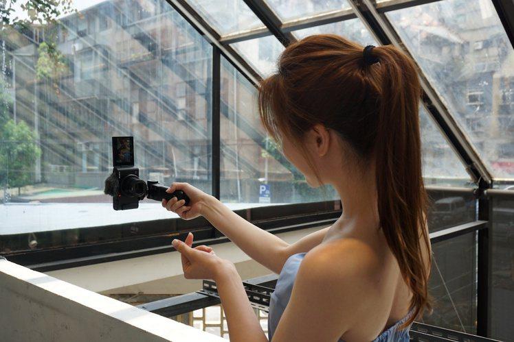 觀察到社群平台直式短影音的需求,Sony ZV-1也提供直式無黑邊的拍攝格式。記...