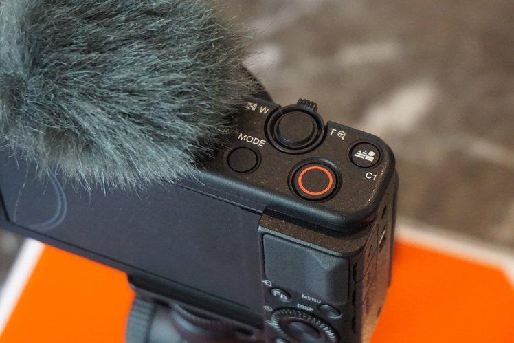 Sony ZV-1擁有一鍵快速切換景深及產品展示設定,提供影片創作者更簡易的操作...