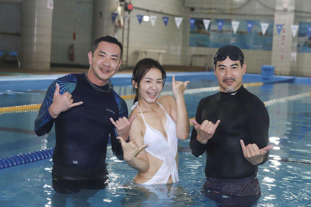 翁家明(右起)、李又汝、江俊翰為「多情城市」拍攝泳池戲。圖/民視提供