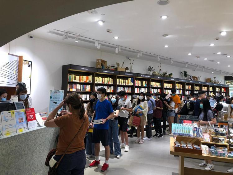 誠品4月下旬在香港屯門「V-City」展開的誠品期間限店,深獲香港人歡迎。圖/誠...