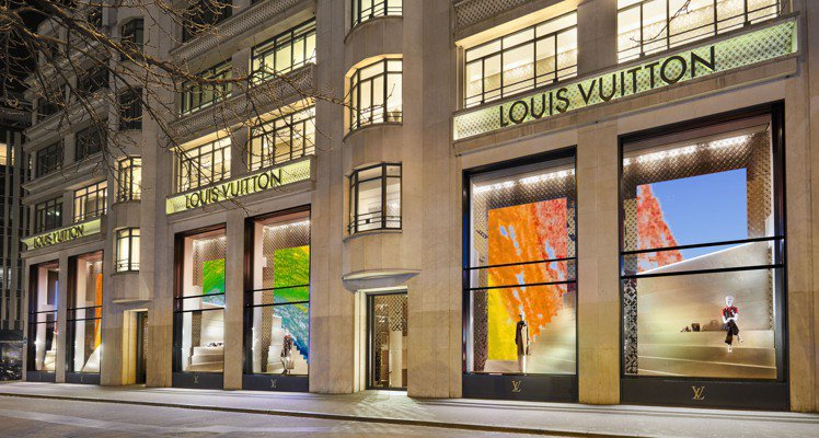 路易威登巴黎香榭麗舍大道店的彩虹繪圖,橫跨了正面的6個櫥窗。圖/LV提供