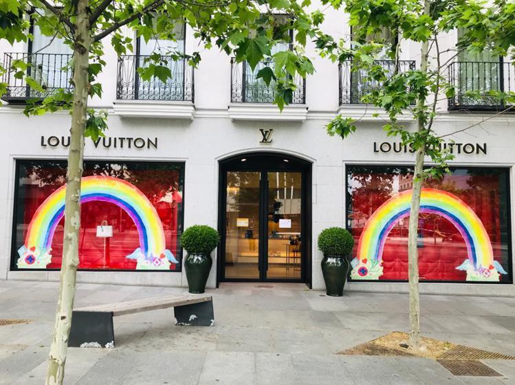 西班牙馬德里路易威登專門店以彩虹圖懸掛在俏皮的Monogram雲朵上方。圖/LV...
