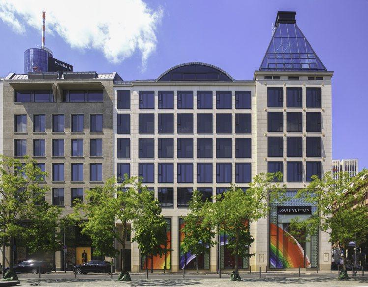 德國法蘭克福路易威登專門店的彩虹櫥窗。圖/LV提供