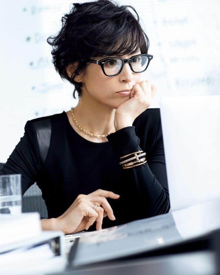 黑框眼鏡加混搭珠寶,讓鈴木保奈美散發鮮明風格的知性美。圖 / 翻攝自ig。