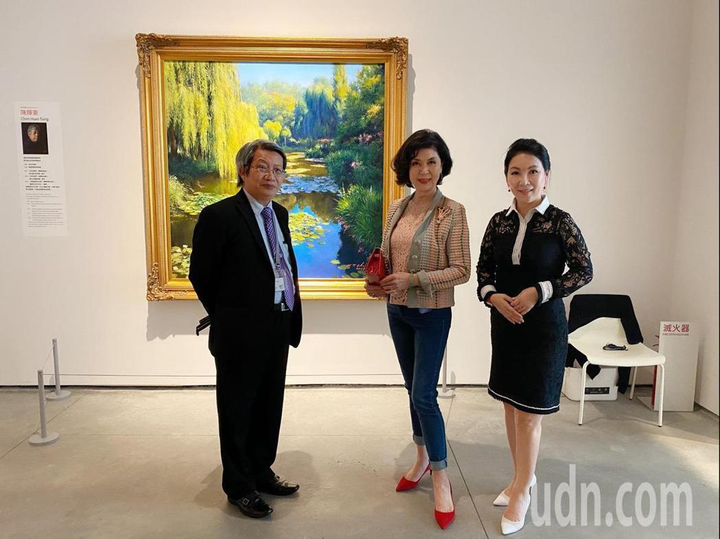 曾有「最美麗主持人」封號的白嘉莉(中)今天到台南美術館參觀。圖/美術館提供