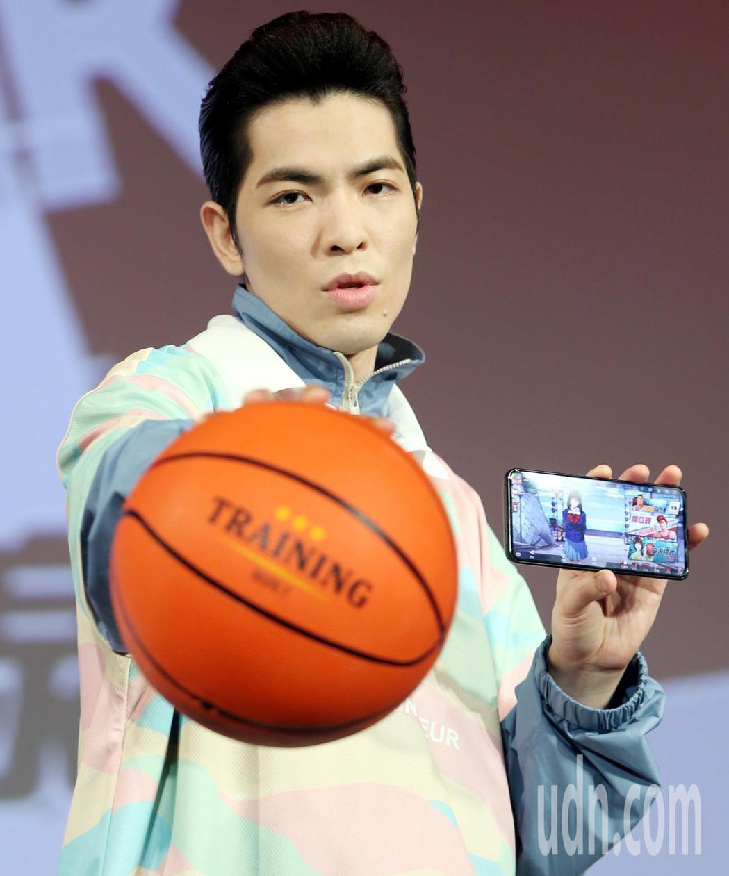 蕭敬騰從小就熱愛籃球運動。記者侯永全/攝影