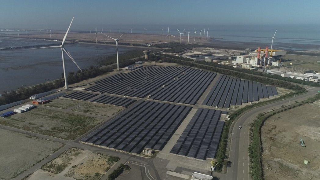 台泥綠能在彰濱線西工業區的全台第一座「風光共存」電廠。台泥綠能/提供
