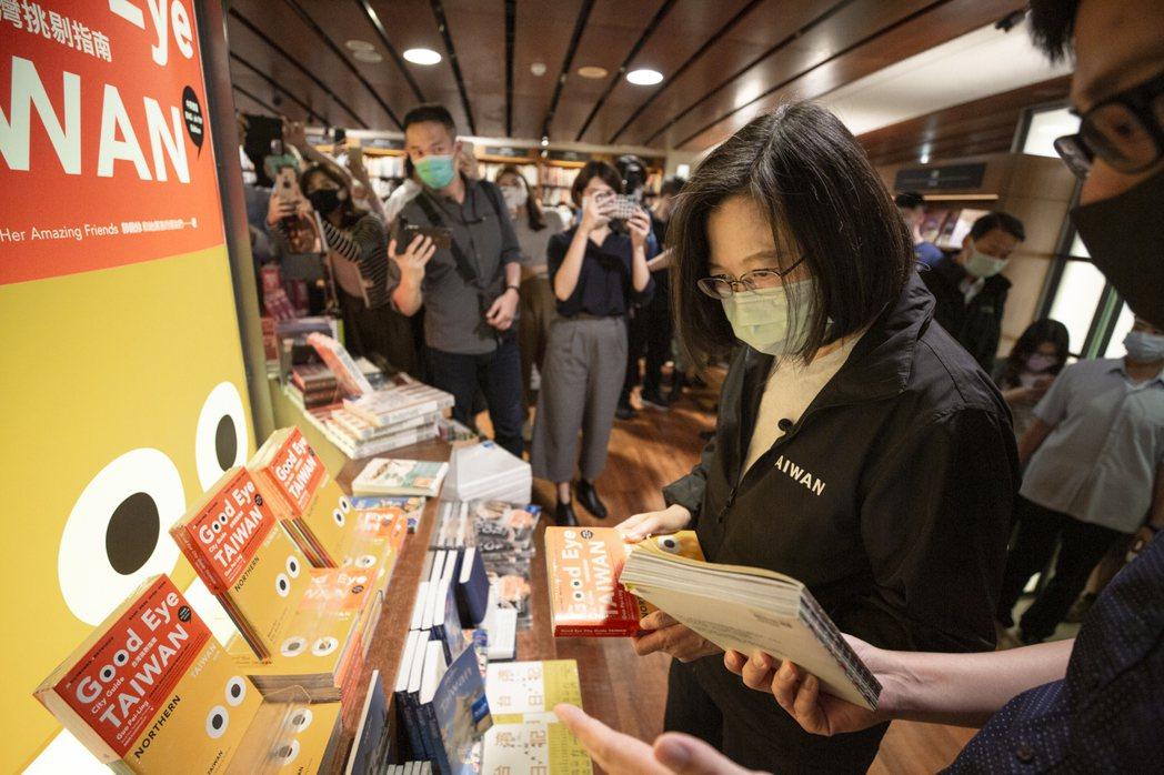 蔡總統27日前往即將結束營業的誠品書店敦南店,參訪與關心。總統府提供