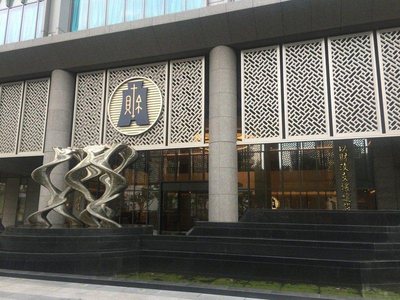財政部表示,金融機構今年6月1日至30日,應於該部「金融機構資料申報系統」(CRS申報系統)首次申報稅務用途金融帳戶(CRS)資訊;我國將於今年9月首次與日本及澳大利亞進行CRS資訊自動交換。本報資料照片