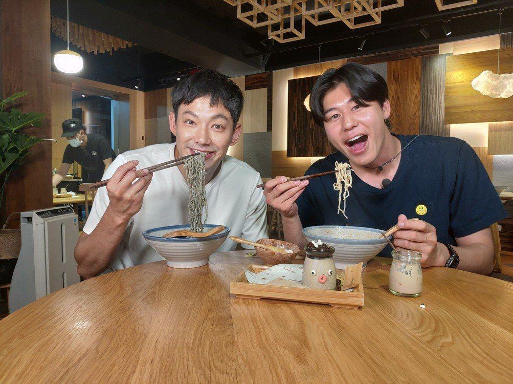 風田(右)主持3個月外景,身材發福6公斤,威廉也胖了不少。圖/TVBS提供