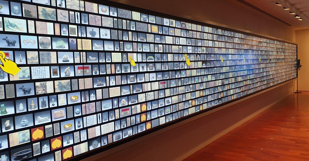 故宮北院今啟用全新的導覽大廳,長12公尺的「文物互動導覽牆」現身,以數位科技「典...