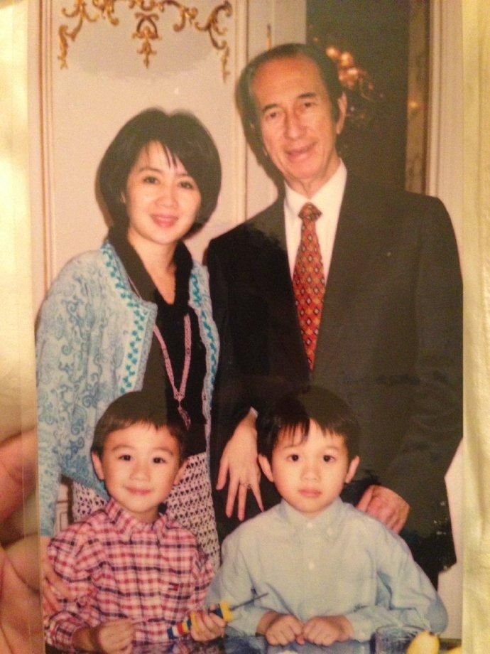 何猷君貼出幼年時跟爸爸何鴻燊的合照。圖/摘自微博