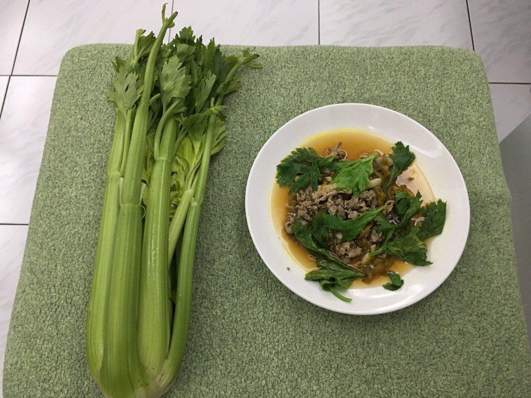 我們兄弟與妹妹長期食用母親用芹菜做的料理,如今皆年過70,都無骨質疏鬆現象。圖╱...