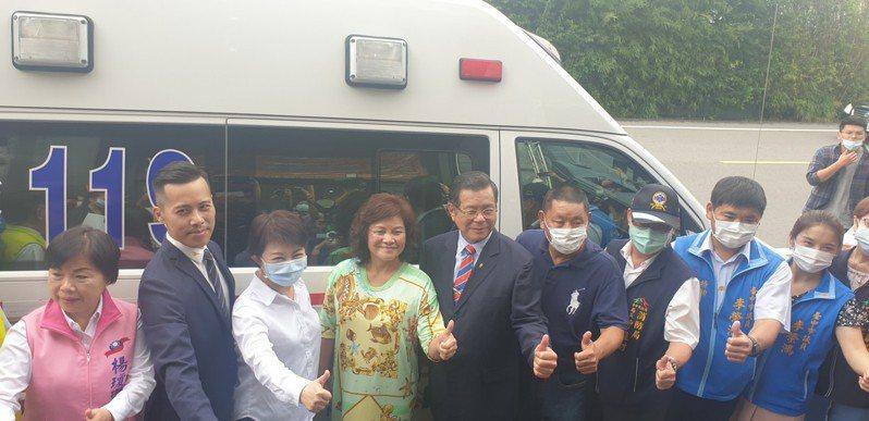 台中市長盧秀燕(左三)昨天參加明昌國際公司捐救護車典禮,宣布畢旅、演藝場館、旅遊景點解禁。記者游振昇/攝影