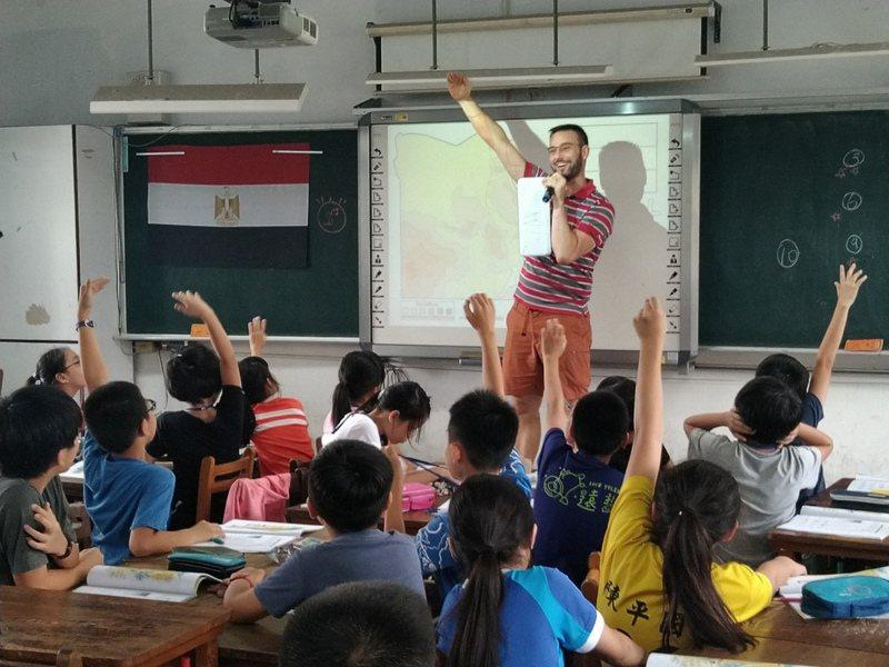 台中市349所國中小學,目前僅35位外師教英文,教育局希望第一階段增加到50人。圖/台中教育局提供