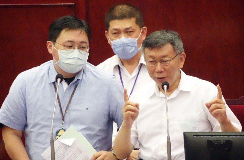 台北市長柯文哲(右)昨赴議會,針對109年度總預算第1次追加減預算案進行專案報告。記者徐兆玄/攝影