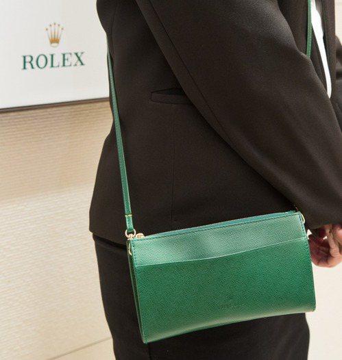 勞力士專賣店中,現場服務人員身上的綠色小包,同樣也是同步全球最新規格。記者陳立凱...