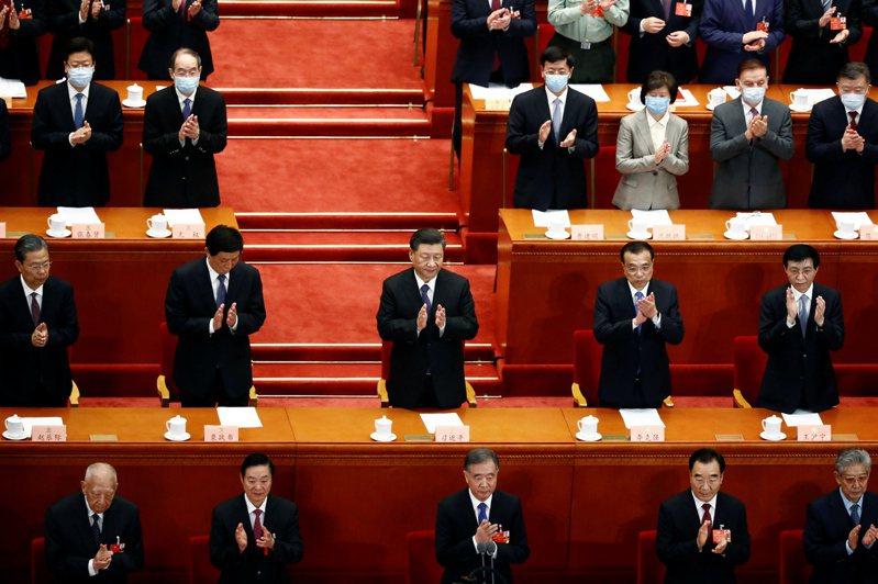 傳中國國家主席習近平(二排中)可能會在兩會後的聯組會議,針對台灣發表相關單邊言論。(路透)