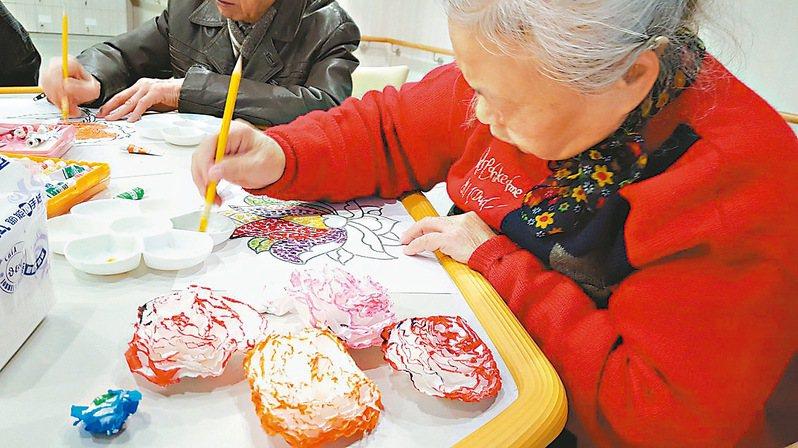 長者學曼陀羅著色畫,可以訓練手眼協調、精細動作。圖/衛福部桃園醫院提供