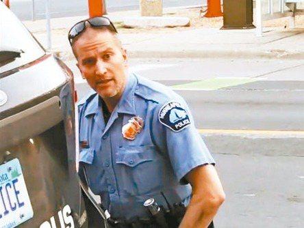明尼亞波利斯市前警員沙文因用膝蓋壓住非裔男子佛洛伊德頸部,導致其死亡而掀起軒然大波,但這並非是他首度被疑執法不當,佛洛伊德案爆發前,已有18次遭投訴的紀錄。 (法新社)
