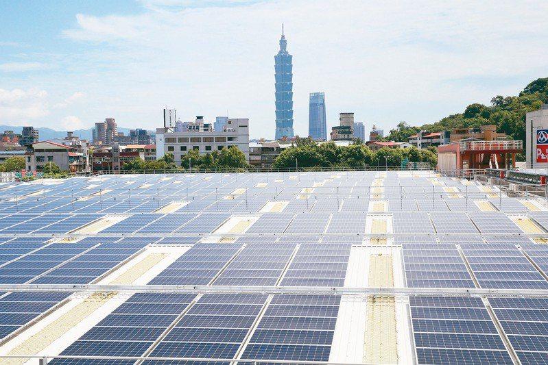 資策會產業情報研究所(MIC)今(8)日表示,觀測台灣再生能源發展,2025年台灣太陽光電產業總產值預估可達3,400億元。 圖/聯合報系資料照片
